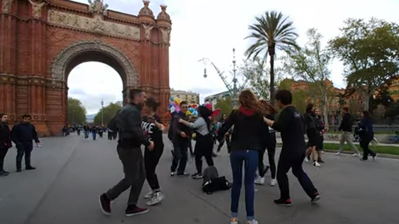 스페인 바르셀로나 개선문 앞에 쿠반루에다 플래쉬몹